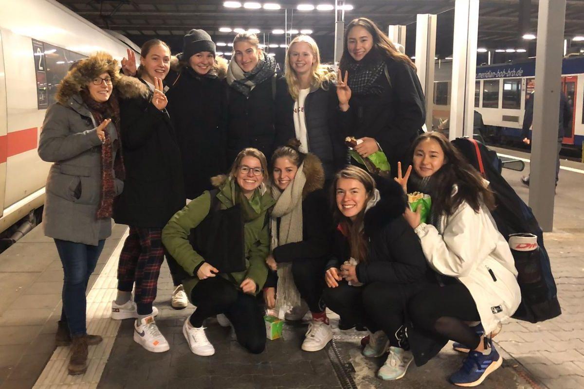 2. Damen vor der Rückfahrt aus München